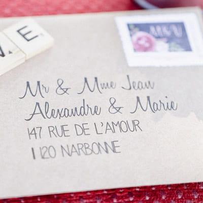 gros plan sur une enveloppe avec adresse invité imprimée - les petits papiers du bonheur crédit photo : soufiane zaidi