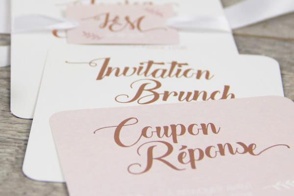 typographie cuivre sur fond rose et blanc - les petits papiers du bonheur