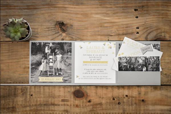 faire-part avec save the date photo coloris grais blanc jaune avec pochette de rangement grise irisée les petits papiers du bonheur