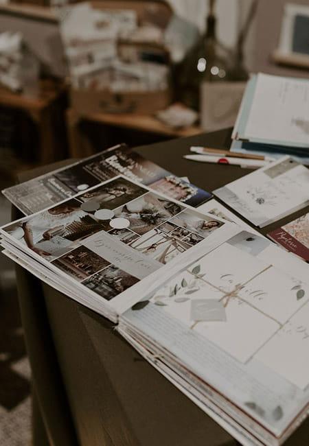 gros plan sur les catalogue qui permettent le premier échange pour une création sur-mesure les petits papiers du bonheur
